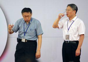 台北、上海雙城論壇今天登場,台北市長柯文哲(左)今晚舉行晚宴,迎接中共上海市委統戰部長沙海林(右),雙方一起舉杯向現場賓客致意。聯合報記者胡經周/攝影