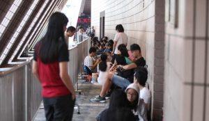 尖沙咀文化中心有不少年輕人逍宵排隊買飛。